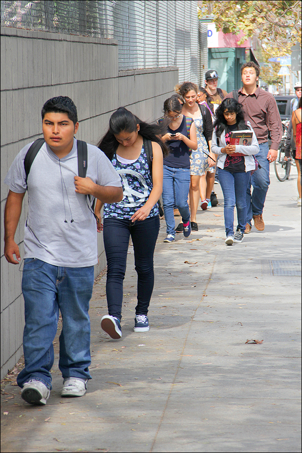 MOVING ALONG: Students leave Santa Monica High School after school on Thursday. (Daniel Archuleta daniela@smdp.com)