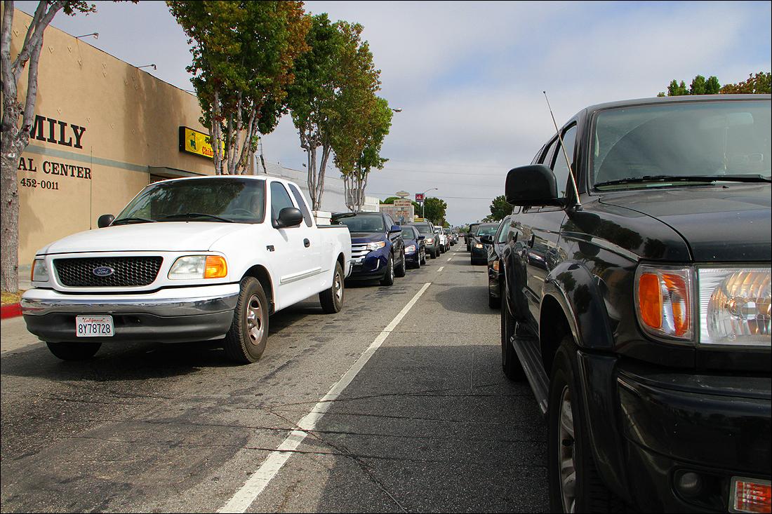 Cars line Lincoln Boulevard. (Daniel Archuleta daniela@smdp.com)