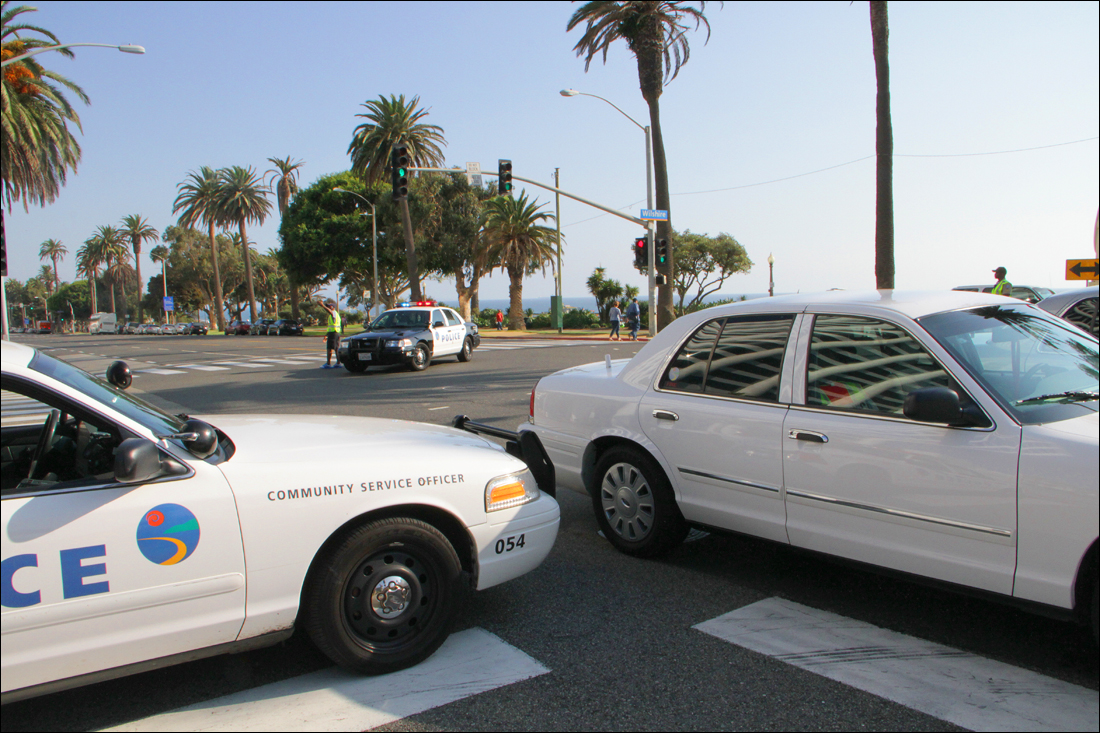 PRECAUTION: Santa Monica police blocked Ocean Avenue at Wilshire Boulevard on Tuesday as a man threatened to jump from a nearby hotel. (Photo by Daniel Archuleta)
