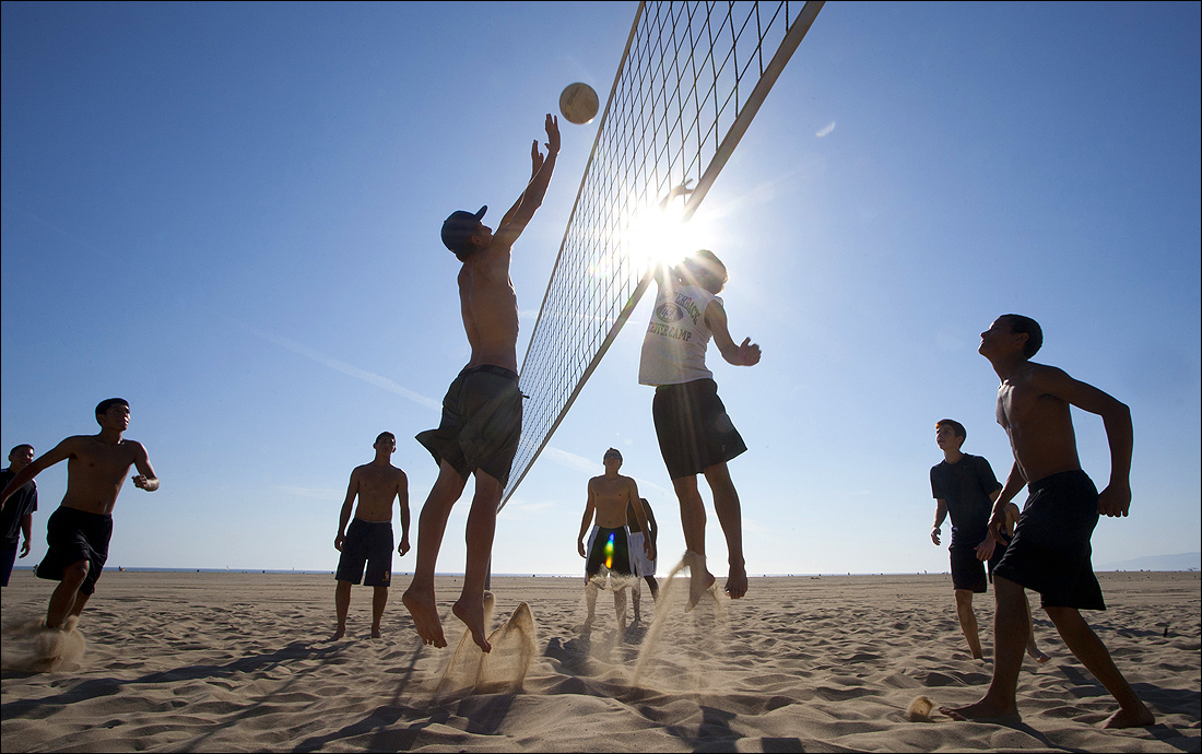 Members of the Samohi baseball team play volleyball earlier this week on the Santa Monica Beach (Brandon Wise brandonw@smdp.com)