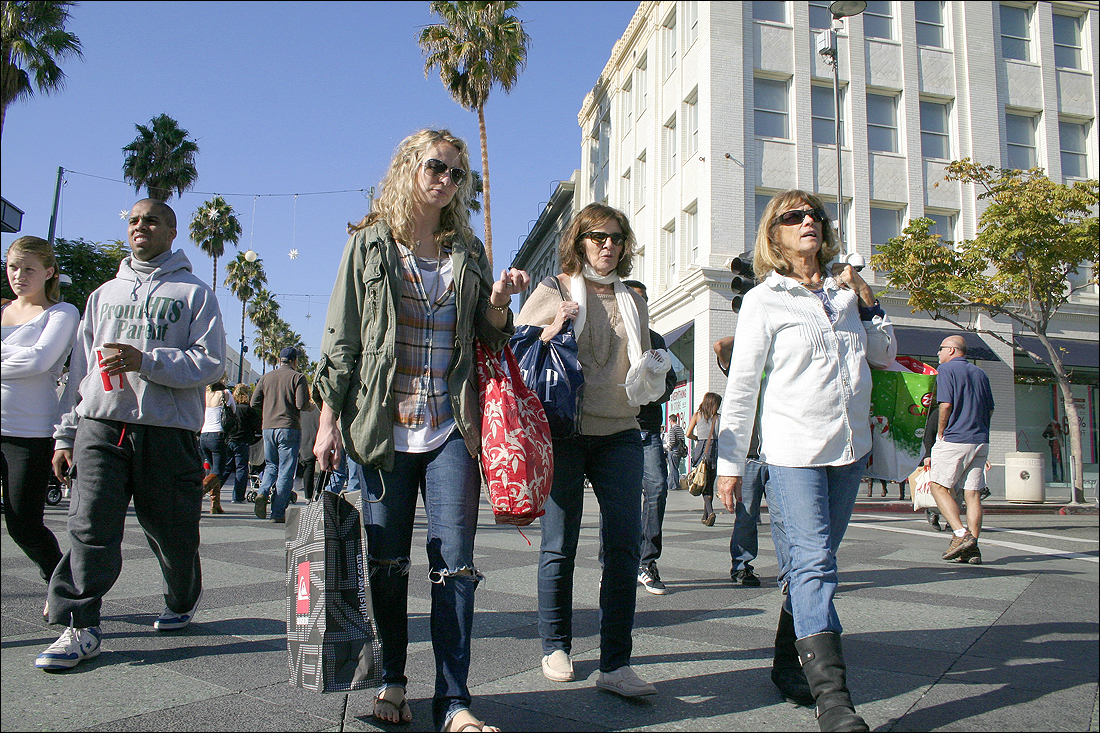 People shop on the Third Street Promenade for Black Friday deals. (File photo)
