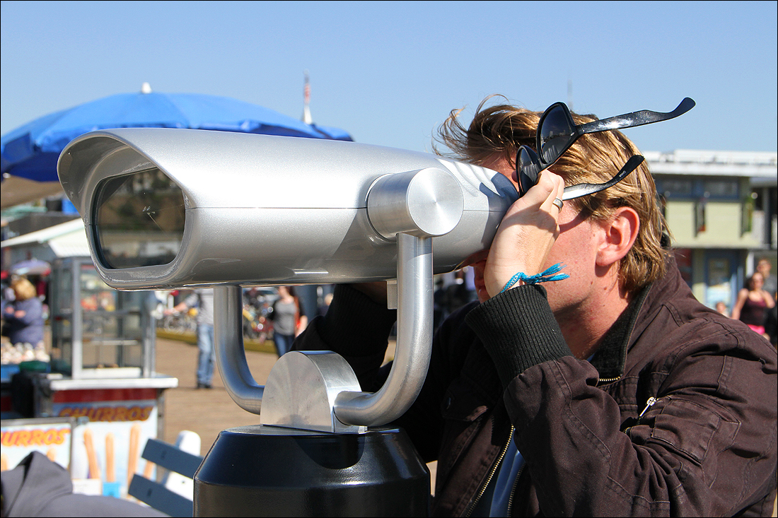 TAKING A GANDER: Australian tourist Benjamin Thomas tries a new distance viewer on the Santa Monica Pier on Tuesday.  (Photo by Daniel Archuleta)