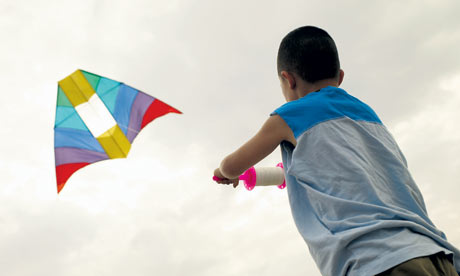 Boy-Flying-Kite-on-Beach-001