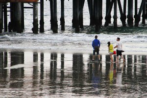 GRAY DAY BY THE BAY: A group of people walk along the beach near the Santa Monica Pier on Monday afternoon. (Daniel Archuleta daniela@smdp.com)