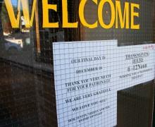 FAREWELL: A sign on the door of the Omelette Parlor on Main Street lets patrons know when the popular eatery is slated to close. (Daniel Archuleta daniela@smdp.com)