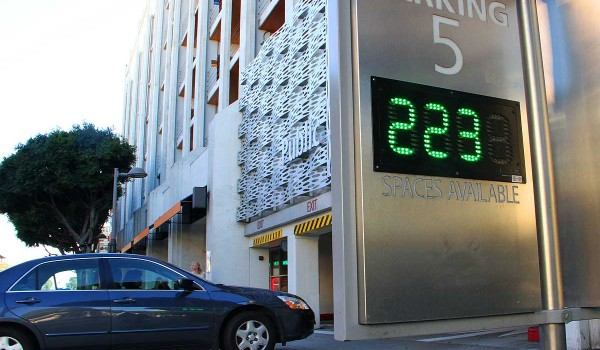 GOOD TO KNOW: A sign outside of Parking Structure 5 on Fourth Street lets drivers know how many spots are available. (Daniel Archuleta daniela@smdp.com)