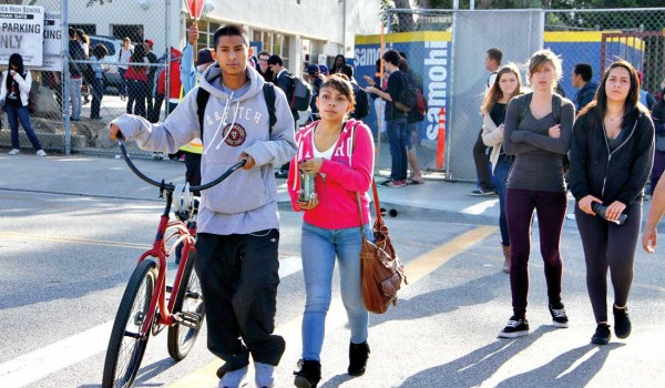 GETTING HOME: Santa Monica High School students leave campus along Michigan Avenue. (Daniel Archuleta daniela@smdp.com)