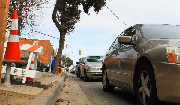 Cars line up at the corner of Colorado Avenue and Fourth Street. (Daniel Archuleta daniela@smdp.com)