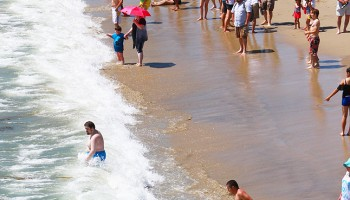 SPLISH SPLASH: Thousands flocked to Santa Monica State Beach on Thursday for a little relief from the record-breaking heat. Thursday was another in a string of record temps. (Daniel Archuleta daniela@smdp.com)